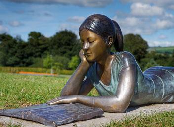 독서하는 여성 동상